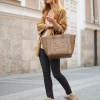 З чим носити золоті кросівки, щоб виглядати стильно