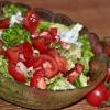 Салат з ковбасою і помідорами